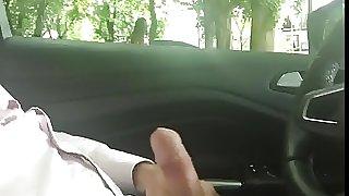 Je me branle tranquille sur un parking a cote de deux nana
